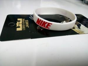 Gelang-Nike-Putih-Merah-3-300x225 Gelang Nike Putih Merah